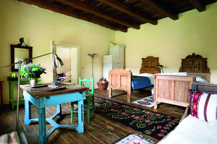 Camera traditionala, reamenajata intr-o pensiune turistica; este incalzita cu o soba traditionala cu usa din fonta cu finisaje florale